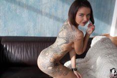 Une fresque de dragon tatouée sur l'intégralité du dos d'une femme