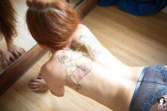 Tatouage d'une position du kamasutra dans le dos d'une nana