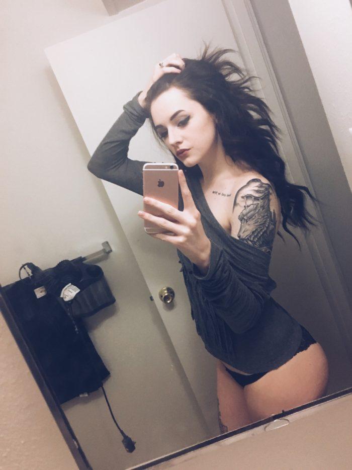 Un selfie du tatouage d'une magnifique brune
