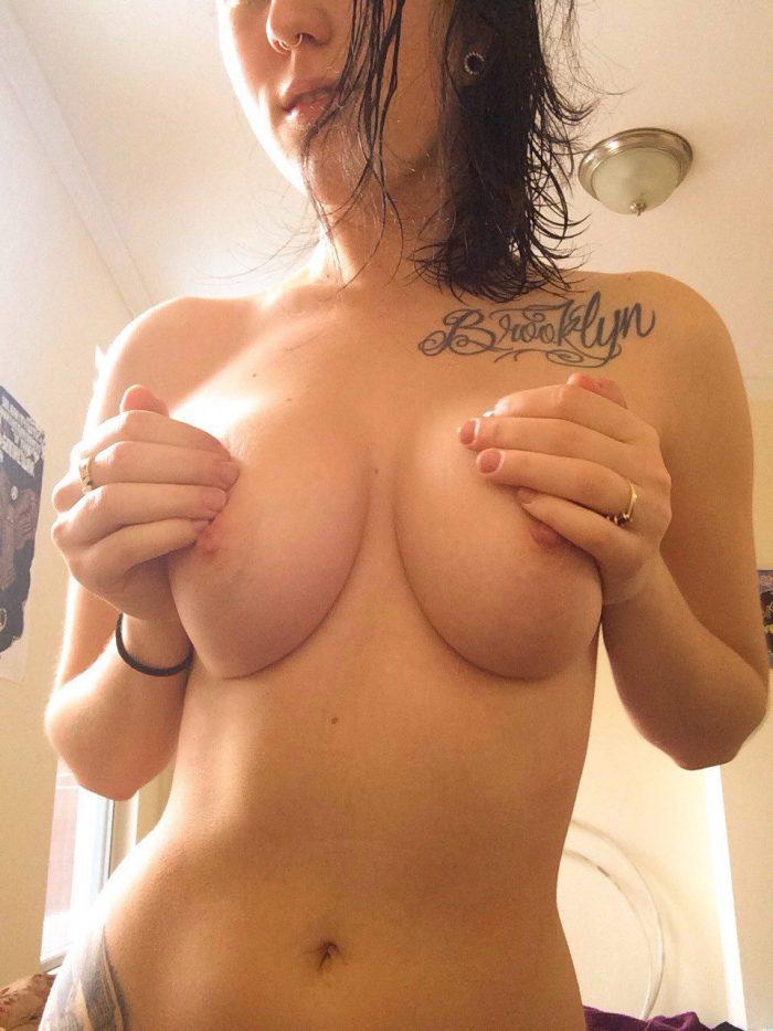 Brooklyn tatoué au dessus du sein de cette belle nana
