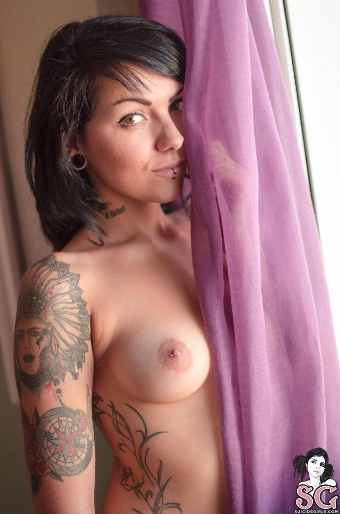 Une belle brune nue aux yeux verts aux tatouages Indien