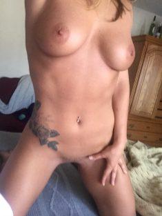 Photo de tatouage très sexy sur jeune femme nue