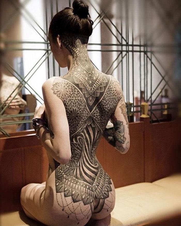 L'incroyable tatouage intégral du dos d'une jeune femme